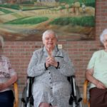 2013-09-28 100-jarige Verona Müller 039a medebewoners rechts 99J missen 100J links 101J