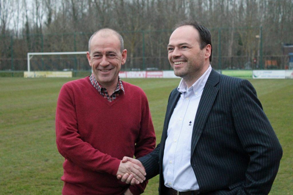 Met een handdruk tussen de voorzitter van de twee clubs werd de fusie bezegeld.