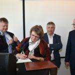 Bugemeester Koen Van Elsen, Karine Moykens, secretaris-generaal van het Departement Welzijn, Volksgezondheid en Gezin, minister Vandeurzen en minister Geens ondertekenen het oprichtingsdocument.